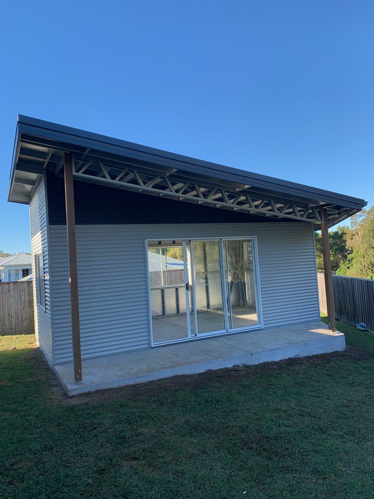 SKillion single shed with owning and windows (2)